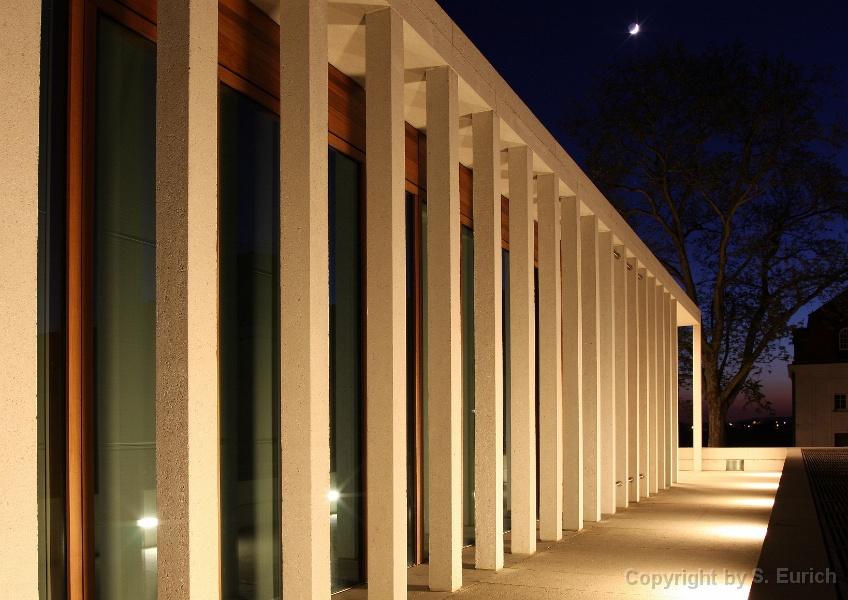 Literaturmuseum der Moderne am Abend