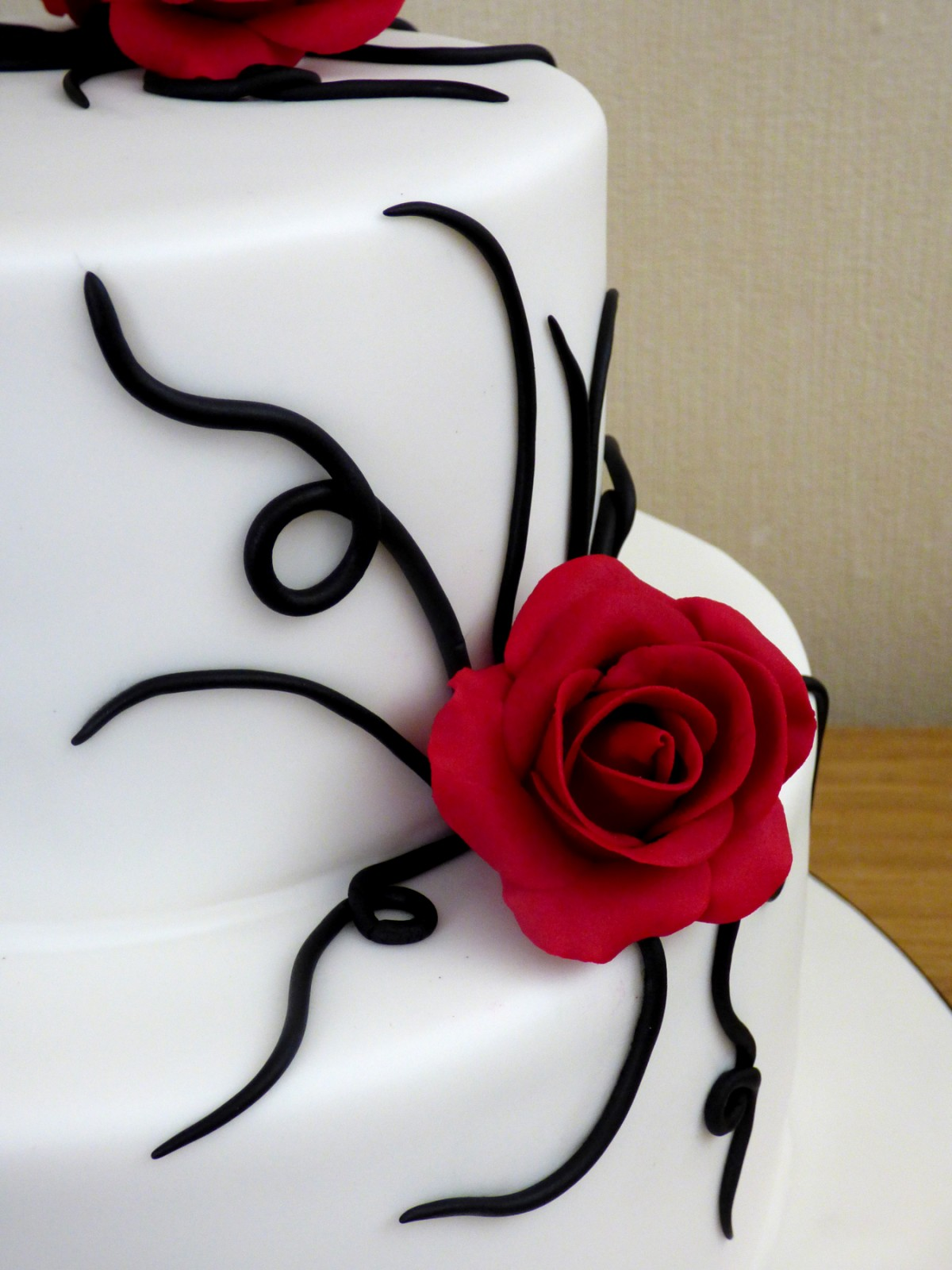 2 Tier Black And White Wedding Cake With Red Roses 171 Susie