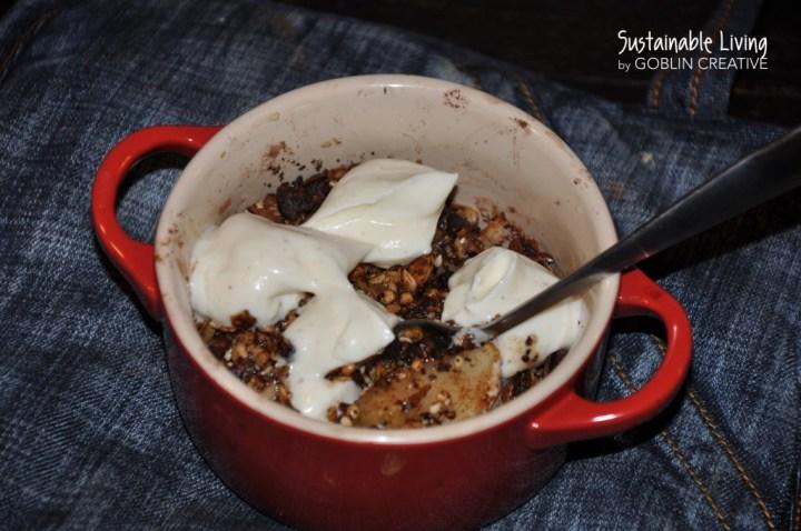 Nyttig äppelpaj med granola och vaniljkvarg