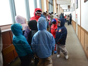 อาจารย์พาเด็กๆ มาสอนเล่นสกี