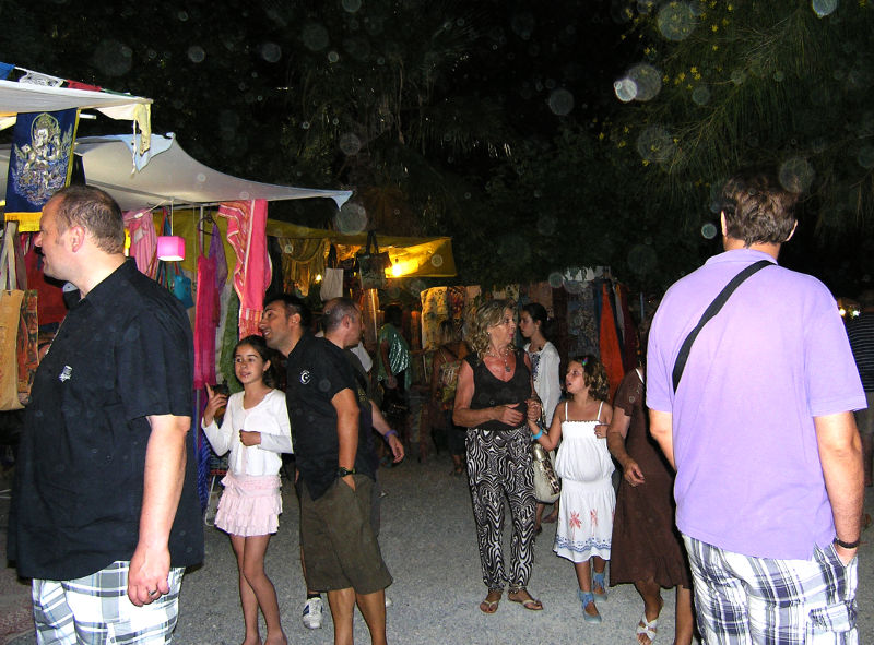 Ibiza Hippie-Markt: schlendernde Kundschaft bei Nacht