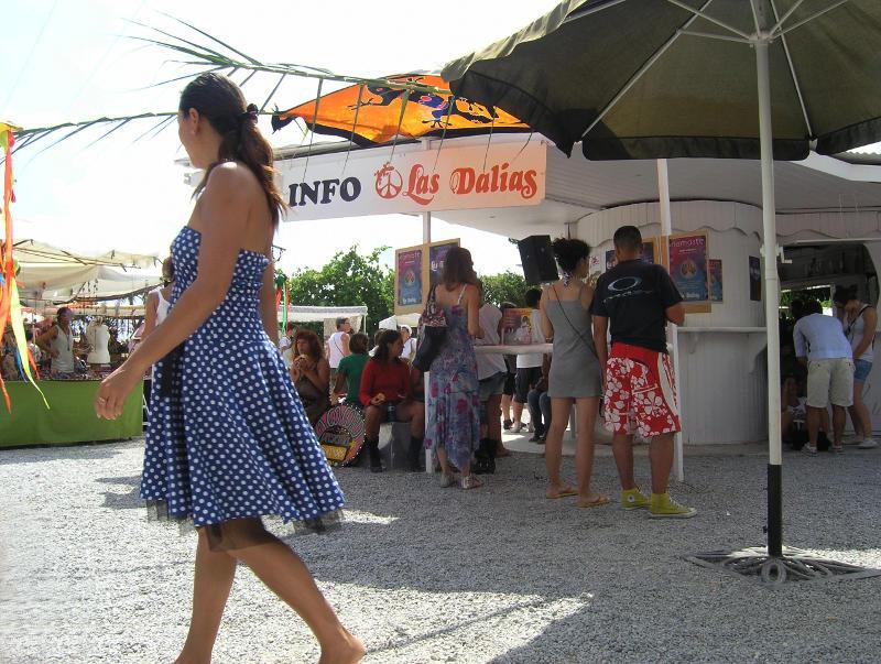 Ibiza Hippie-Markt: Info Las Dalias davor Frau mit blau-gepunktetem Kleid