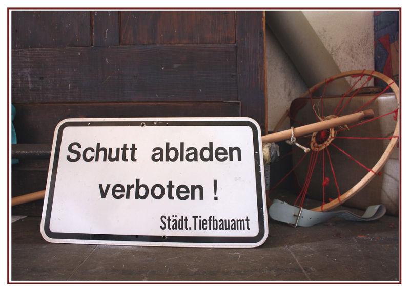 Hier liegt amtliches Schild mit der Aufschrift: Schutt abladen verboten!