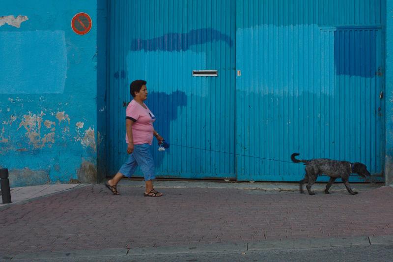 Alcobendas: Frau mit Hund vor hellblauem Garagentor
