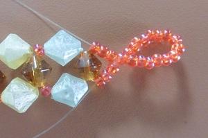 Armband met kralensluiting andere sluiting een draad door de 3 kralen rechts en de andere links