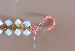 Armband met kralensluiting andere sluiting lege draad vanuit de laatst aangeregen kraal door alle 15 de kralen halen