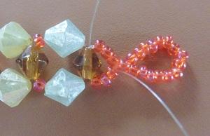 Armband met kralensluiting andere sluiting steek 1 draad weer door de bruine kraal en eerste 3 kleine kralen