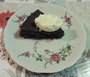 Chocolade taart eiwit stukje met slagroom