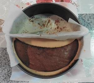 Chocolade taart laatste taart laag op de mousse leggen