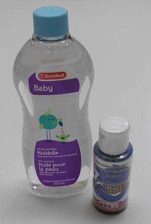 Baby olie en blauwe voedingskleurstof