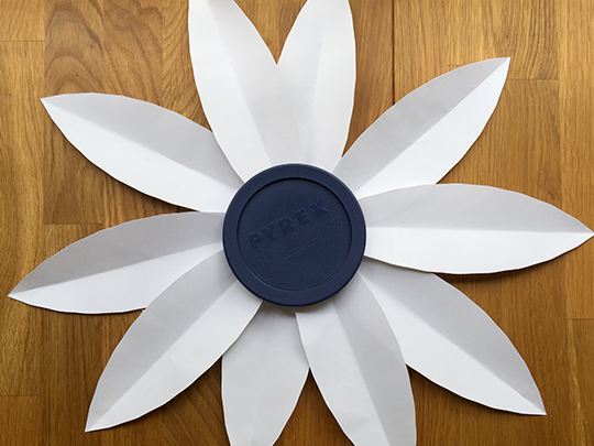 choosing the size of the backer for the oversize daisy decoration