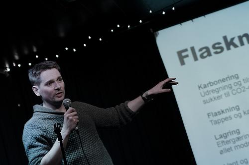 Dennis Guldbrandsen fortæller om ølbrygning til Pecha Kucha Night #7 på HUSET i Aalborg.