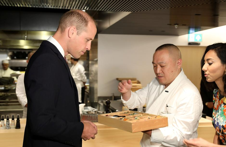 Britain's Prince William is presented his signature bento box by Executive Chef Akira Shimizu during the official opening of Japan House in London   Autor: pool/REUTERS/PIXSELL/REUTERS/PIXSELL