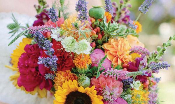 Letní svatby plné rozzářených květin