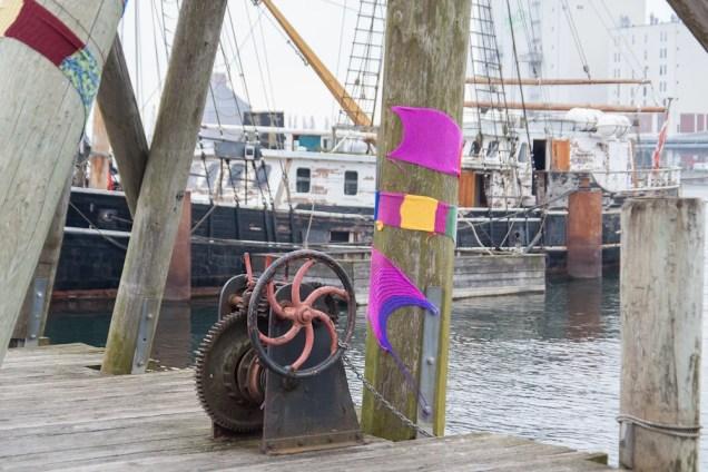 Strickkunst an altem Kran im Flensburger Hafen