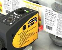 Jedna slična oznaka na ambalaži. Mašina laserski detektuje oznaku odgovarajuće boje i na taj način omogućava precizno sečenje i postavljanje etikete proizvoda.