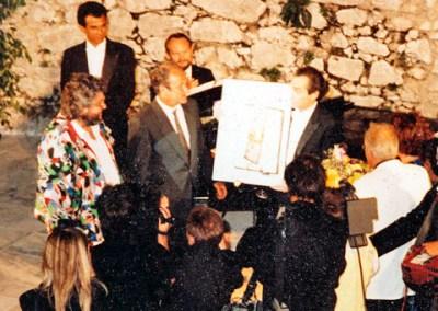 jose carreras(E) receives a painting from svetnik
