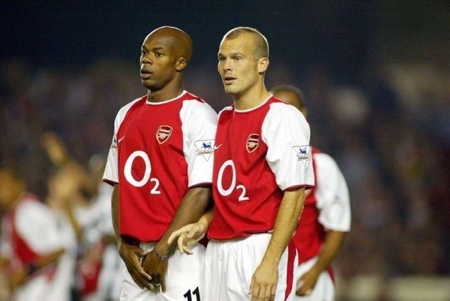 Arsenal midfielders Sylvain Wiltord and Freddie Ljungberg form a defensive wall for a free kick Arsenal v Newcastle Highbury Premiership 2003/2004 Football 26/09/2003 Photo: Jed Leicester © Sporting Pictures (UK) Ltd www.sportingpictures.com Tel: +44 (0)20 7405 4500 Fax: +44 (0)20 7831 7991 Mandatory Credit: Action Images / Sporting Pictures