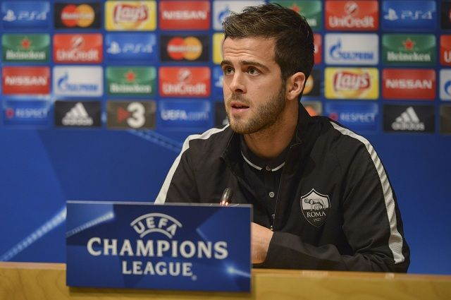 BARCELONA, SPAIN - NOVEMBER 23: Player of AS Roma Miralem Pjanic attends a press conference on November 23, 2015 in Barcelona, Spain. (Photo by Luciano Rossi/AS Roma via Getty Images)