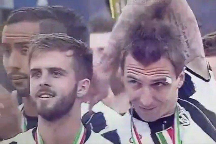 VIDEO: Mandžukić 'prodao' staru foru Pjaniću na proslavi titule