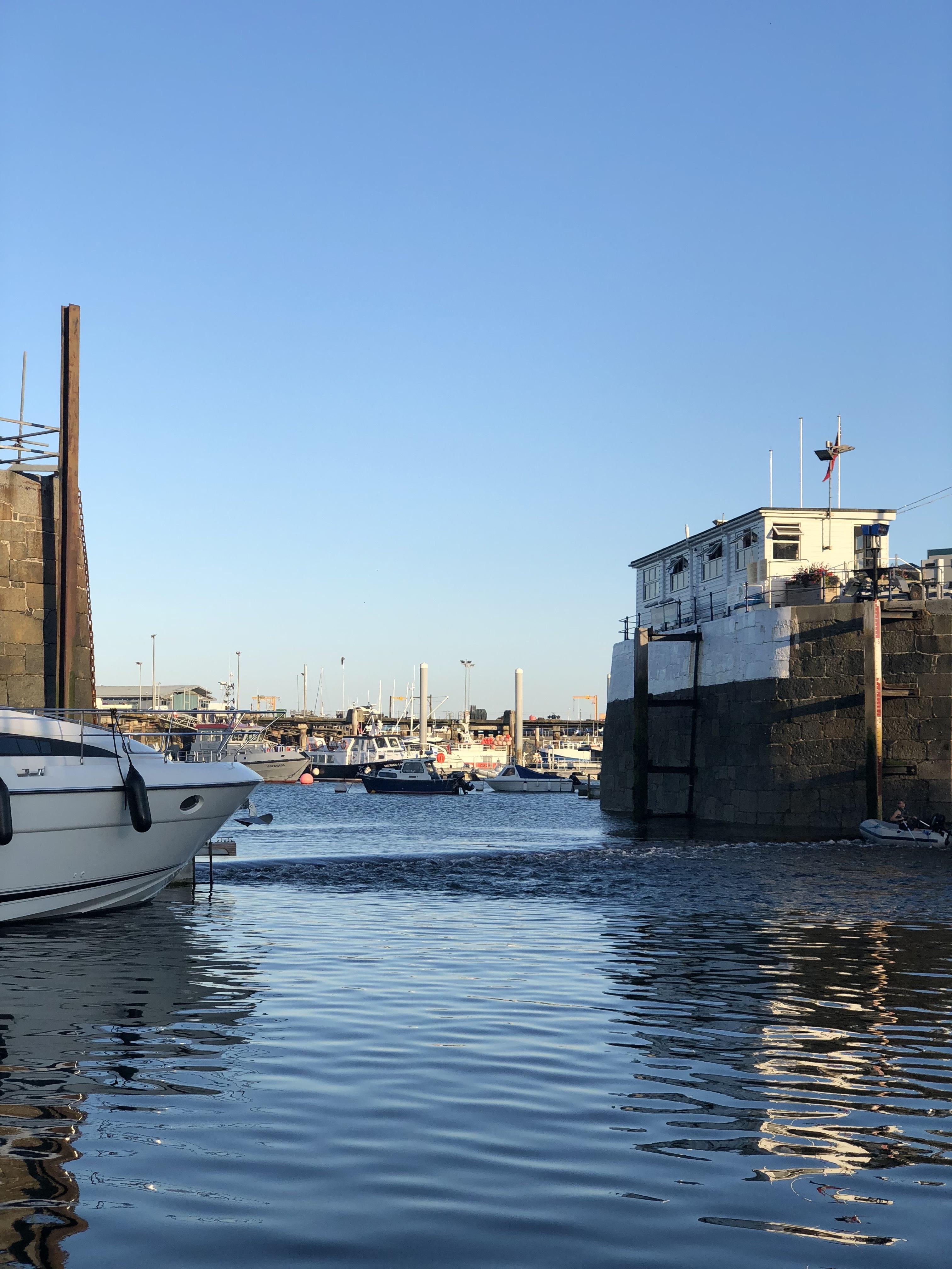 De haveningang van Saint Peter Port
