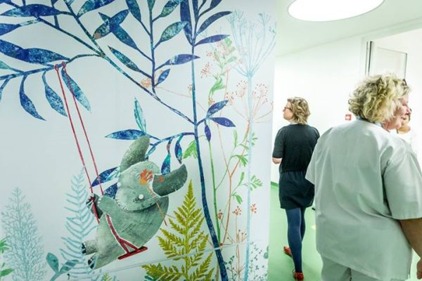 Afdeling materniteit  met leuke muurtekeningen van Kaatje Vermeire, Koningin Mathilde Moeder- en Kind Centrum
