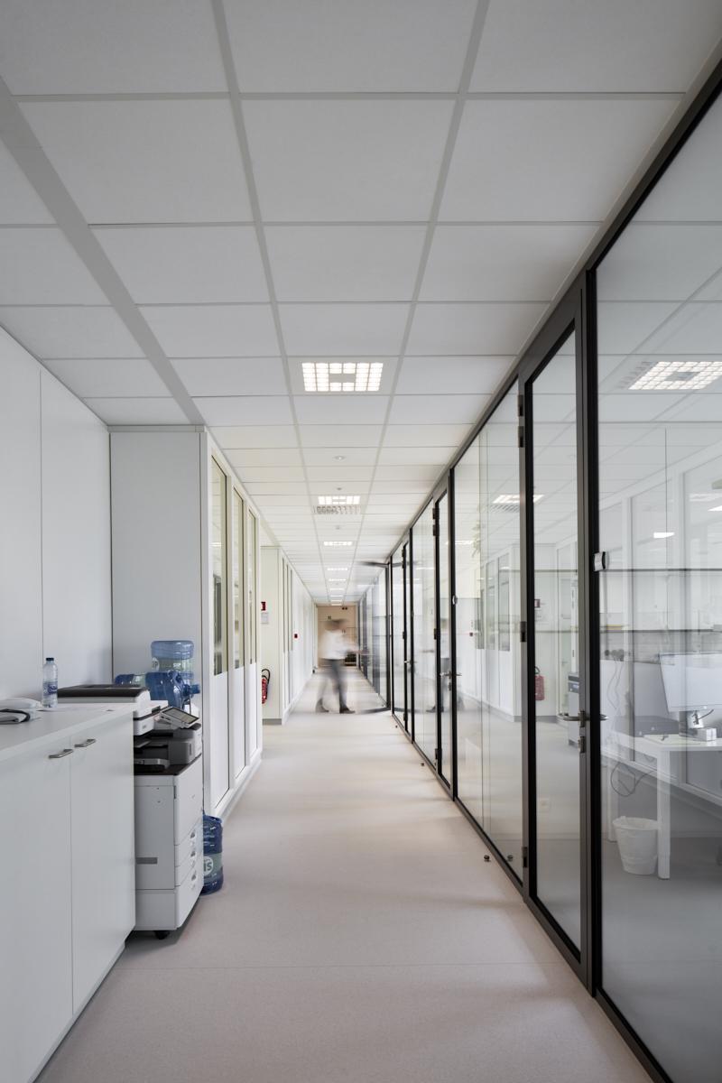 Life Science park Bioscape Gent. Gang met zicht op de labo's
