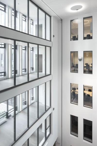 Meerdere etages met inval van natuurlijk licht voor de nieuw kantoorgebouw BNP Parisbas Fortis met auditorium (fase 1), Brussel