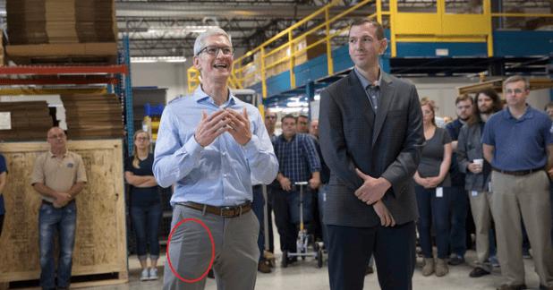 هل يخفي تيم كوك هاتف الايفون 8 في جيب سرواله (صورة)