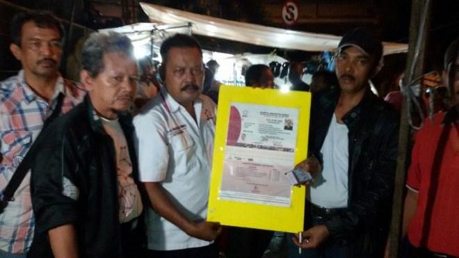 dr. Ali Mahsun, M. Biomed (Ketua Umum APKLI) Menyerahkan KTA APKLI kepada PKL Kalimaya