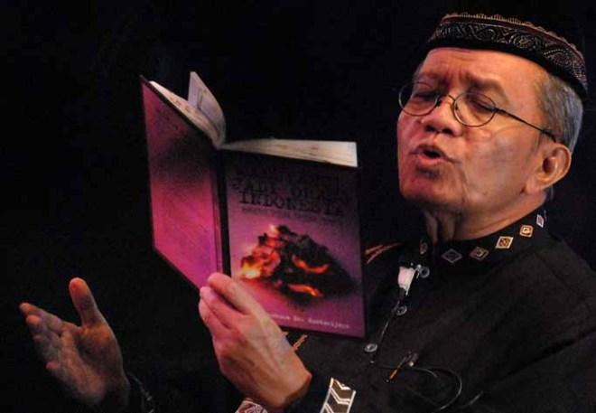 Penyair Taufik Ismail membawakan puisinya di Gedung Kesenian Jakarta, Selasa (16/12). Dalam penampilannya Taufik berkolaborasi dengan iringan musik oleh Skolastika Ansambel pimpinan Marusya Nainggolan.