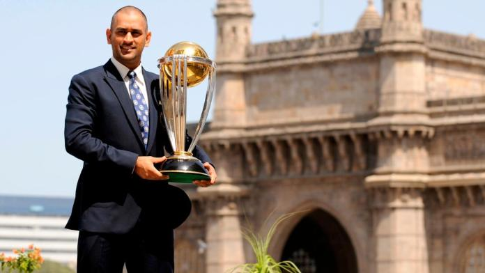 MS Dhoni with 2011 World Cup Trophy, ms dhoni world cup 2011 trophy, dhoni 2011 world cup