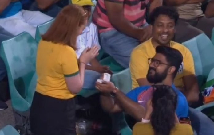 Indian fan proposes Australian female cricket fan