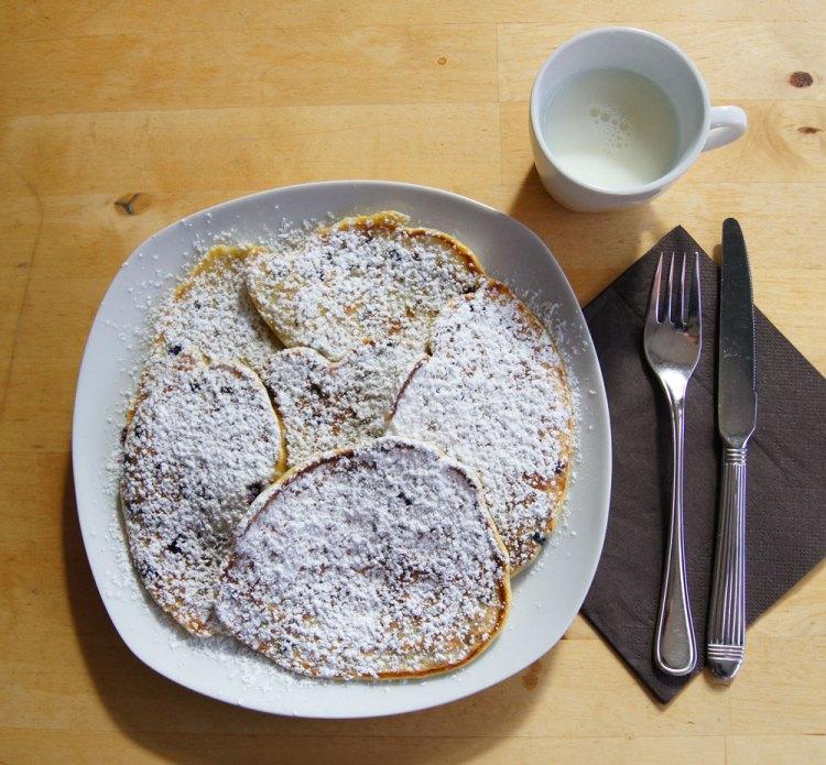 Heidelbeer-Pfannkuchen serviert