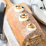 万圣节 Fall Spice Swiss Roll (Roll Cake / Roulade) by Sweet2EatBaking.com | This 万圣节 Fall Spice Swiss Roll is delicately spiced with cinnamon, nutmeg, ginger, allspice, cloves, and filled with a tangy cream cheese frosting. Makes a great crowd pleaser for 万圣节.