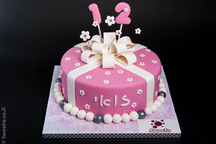 עוגת מתנה עם סרטים בת מצווה מעוצבת בצק סוכר