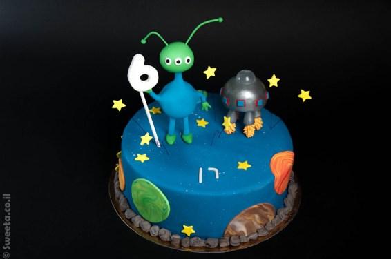 עוגה של חייזר וחללית מבצק סוכר כוכבי לכת מפוסלים ליום הולדת