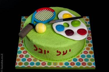 עוגת יום הולדת לשני ילדים האוהבים ציור ואומנות וטניס וספורט מעוצבת בבצק סוכר עם פלטה מכחול ומחבט