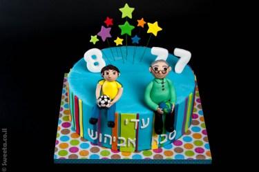 עוגת יום הולדת עם שתי דמויות סבא ונכד מבצק סוכר מחזיקות כדרו הארץ וכדורגל