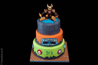 עוגת סקיילנדרס שלוש קומות ליום הולדת עם דמות מפוסלת אדמה