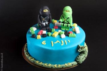 עוגה של נינג'גו מעוצבת בבצק סוכר עם שתי דמויות מפוסלות וחלקי לגו אכילים
