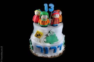 עוגה עם דמויות של סאות' פארק שתי קומות עם קישוטי שלג