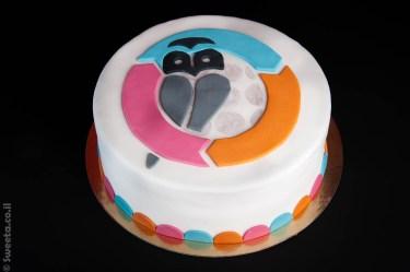 עוגה עם לוגו חברה לכבוד השקה של מוצר חדש מעוצב בבצק סוכר