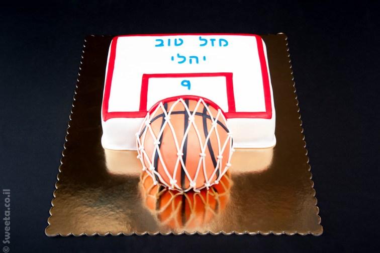 עוגה בצורת לוח כדורסל עם טבעת וסל מעוצב בבצק סוכר