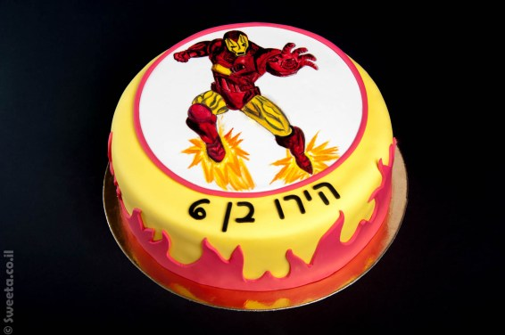 עוגה מעוצבת בבצק סוכר של גיבור על ציור בעבודת יד