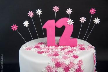 עוגת בת מצווה מעוצבת בצק סוכר עם פרחים