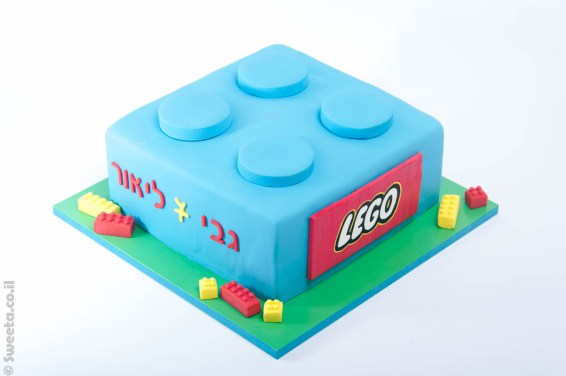עוגה בצורת קוביית לגו ענקית מעוצבת מבצק סוכר