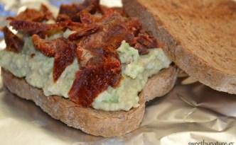 Σάντουιτς με αβοκάντο και λιαστή ντομάτα_1