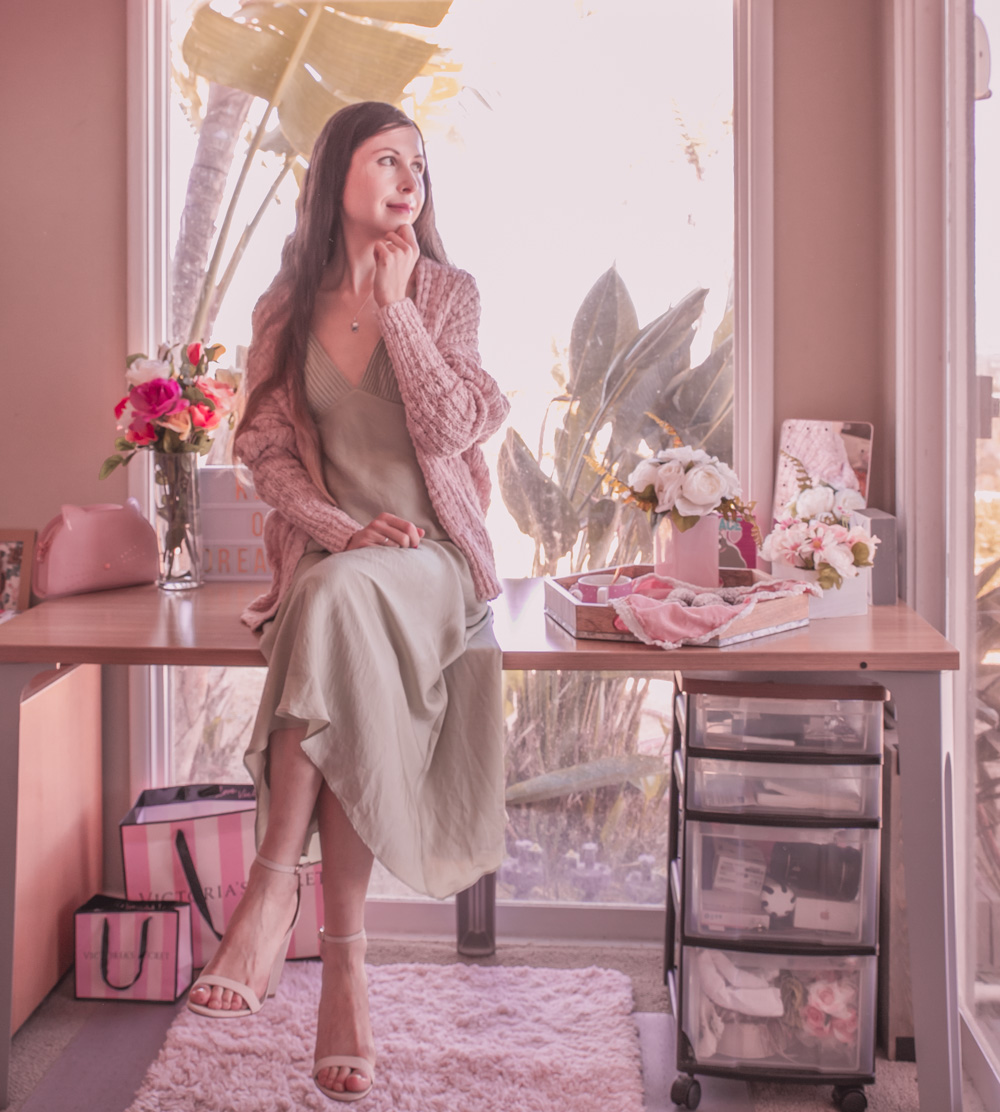 Green silk slip dress and pink cardigan: a pretty and casual outfit for Spring!