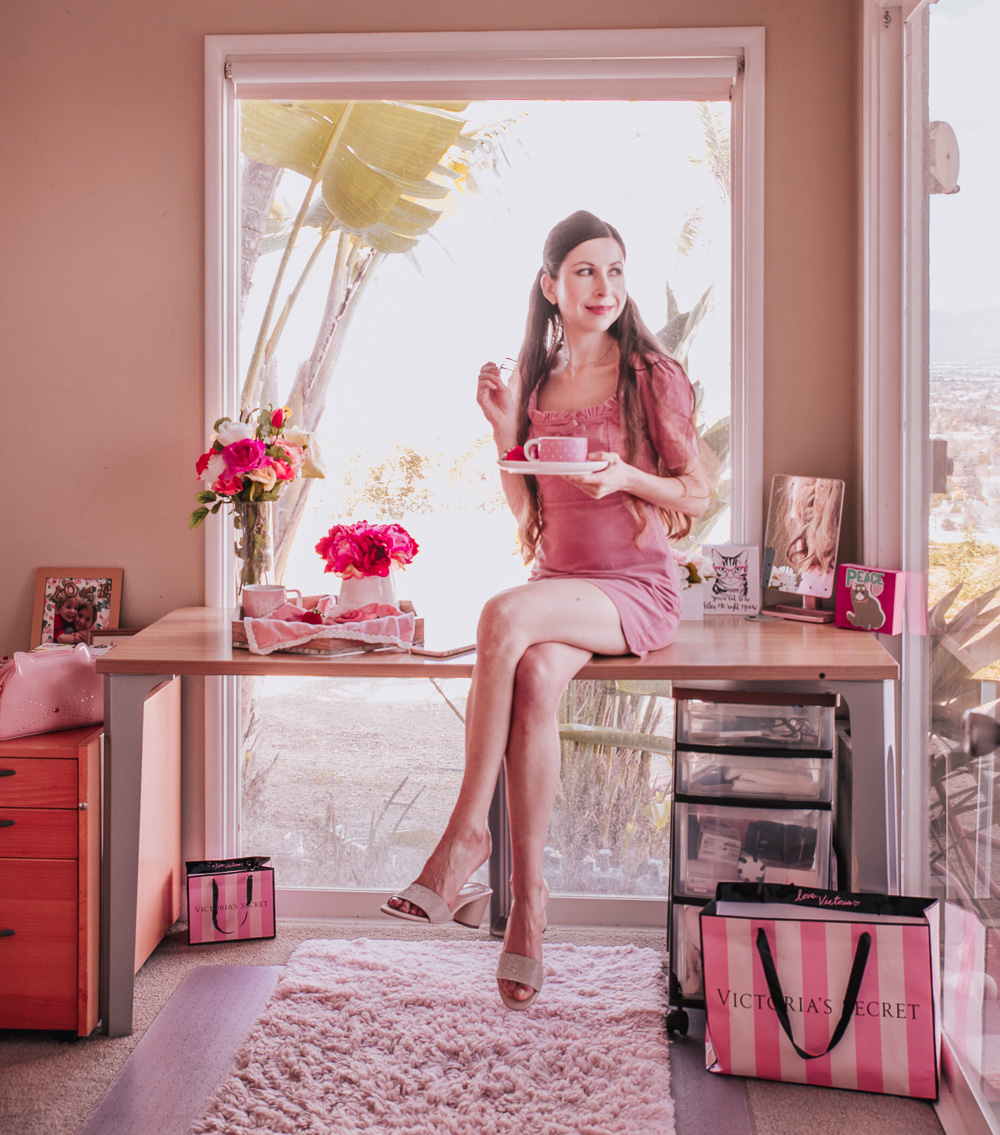 PINK DRESS, CRYSTAL SLIPS AND A GOLD CHOKER NECKLACE: A PERFECT PRETTY AND CASUAL OUTFIT! (For more details read this post!)